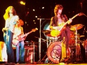 Led Zeppelin live, zleva Robert Plant, John Paul Jones a Jimmy Page, cca 1973
